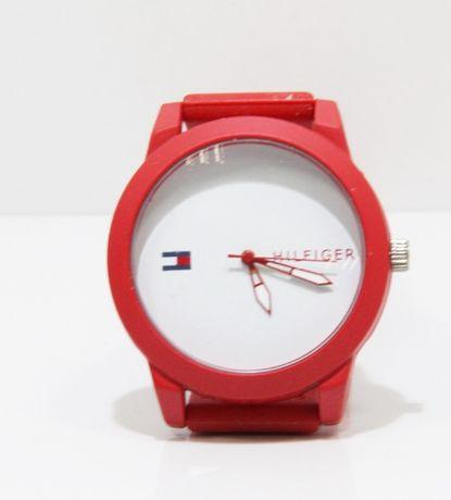Zegarek czerwony z napisem Tommy Hilfinger