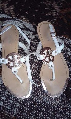 Białe sandały na jeden palec