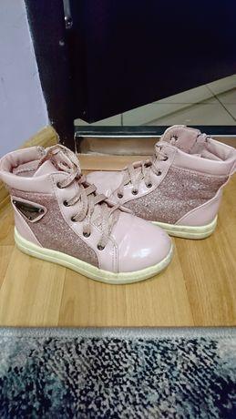 Демисезонные лаковые ботиночки розового цвета с блёстками 17.5стелька