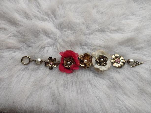 Золотой блестящий цветной браслет с цветочными вставками камнями страз