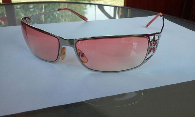 Okulary przeciwsłoneczne z czerwonymi szkiełkami z pięknym zdobieniem