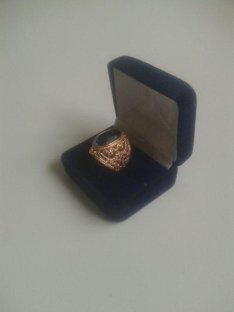Złoty pierścień damski