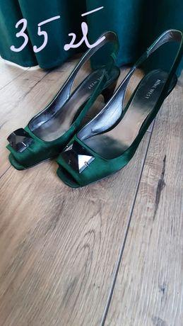 Butelkowe sandały na niskim obcasie.