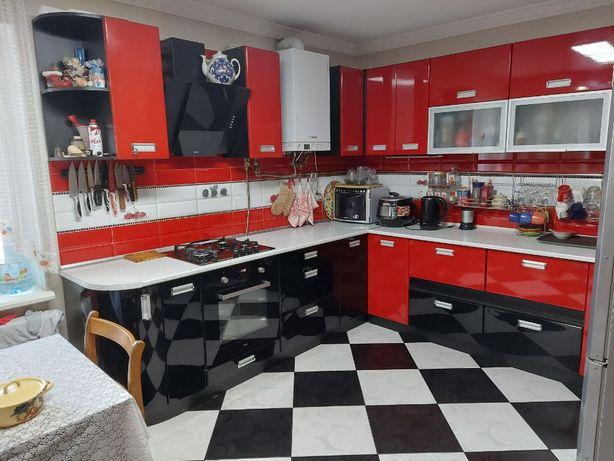 Продам 2х уровневую 3х ком кв есть свой двор , мастерская , гараж
