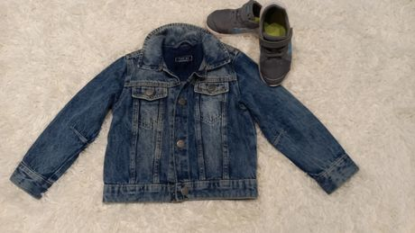 Джинсовая курточка и кроссовки