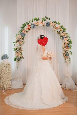 Очень красивое свадебное платье,со шлейфом