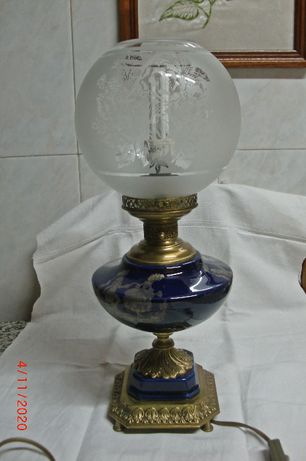 Candeeiro de Mesa em Porcelana e Metal Bronzeado
