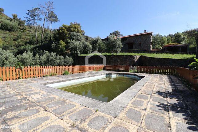Moradia com piscina e acesso privativo a rio junto à praia fluvial das