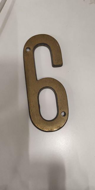Número em latão.