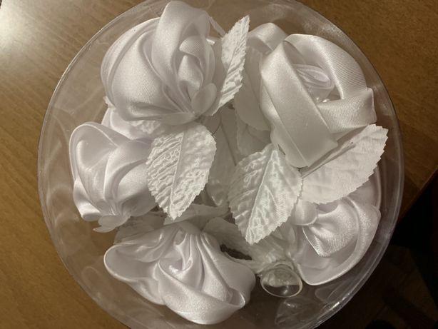 Satynowe białe róże różyczki na przyssawkach. Dekoracja samochodu