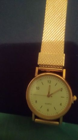 Zegarek na pasku w kolorze złota