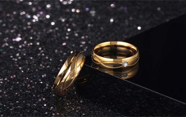 Zdobiona Para Złotych Obrączek Ślubnych