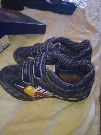 Продам фирменные кроссовки