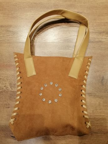Damska torebka o ciekawym kolorze i wzorze, jasna
