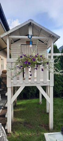 Solidny, drewniany domek ogrodowy dla dzieci.