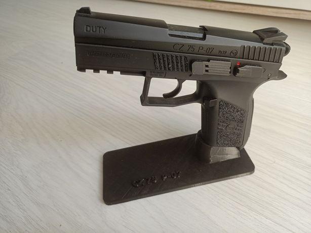 Ekspozytor podstawka na pistolet wiatrówkę CZ 75 P-07 Duty CO2 napis