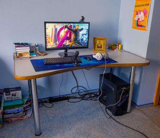 Компютерний столик на надійних ножках в гарному стані