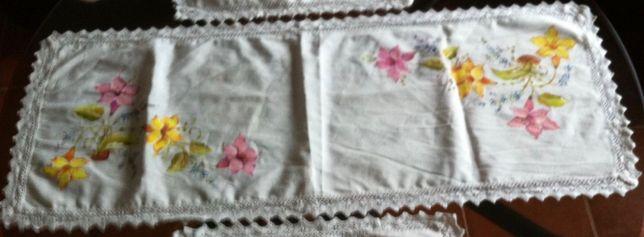 antigo conjunto de naperons pintados a mao