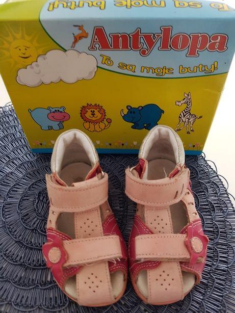 Śliczne skórzane sandałki dla małej księżniczki