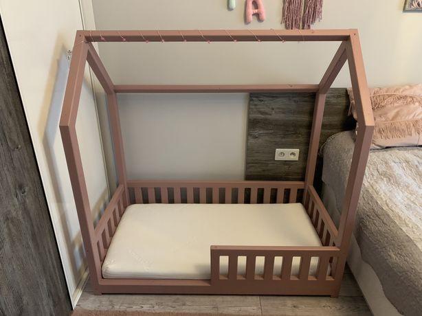 Łóżeczko łóżko domek z materacem i półkami materac 120x60
