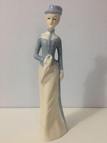 Figurka kobiety z parasolem