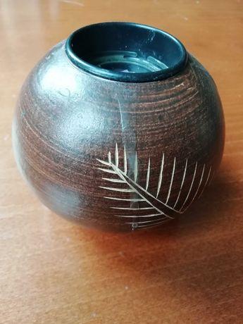 Drewniana podstawka pod świczkę z Afryki