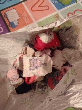Około 70 par skarpetek dla małej damy