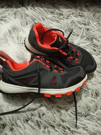 Кросівки для спорту.