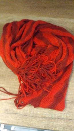 Gruby damski czerwony szal