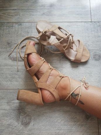 Buty sandałki na obcasie beżowe wiązane lato