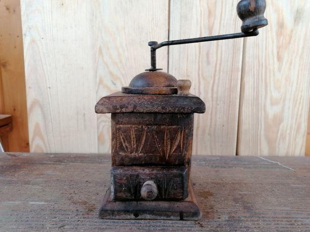 Duży, stary młynek z rzeźbionego drwna