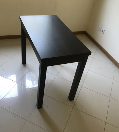 Mesa pequena extensível em castanho preto usada