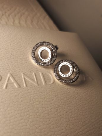 Kolczyki Pandora srebrne kółka z logo Pandora