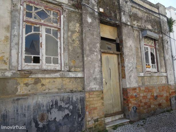 Casa térrea em ruína na Verderena