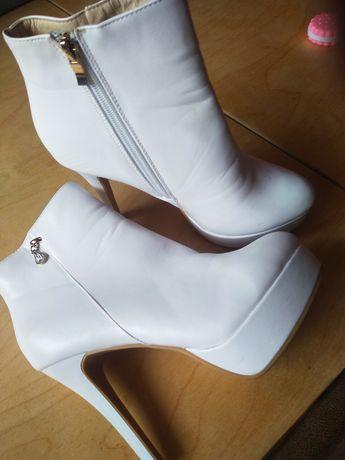 Продам весільні чобітки