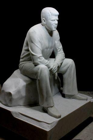 Изготовление художественных памятников из мрамора.