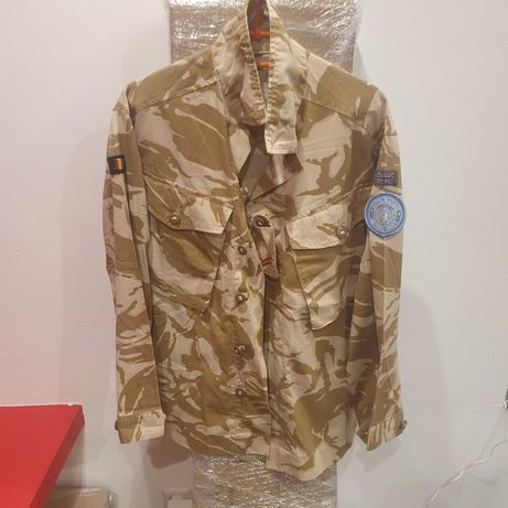Bluza wojskowa w różnych barwach.