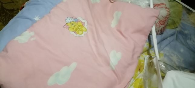 Защита, простынка, и подушечка для новорождённых.