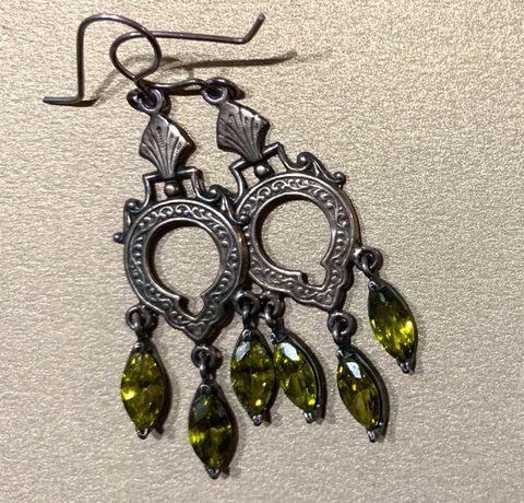Kolczyki orientalne wykonane ze srebra z mieniącymi się oliwinami synt