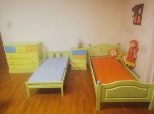 Mobília quarto criança 2 camas/cómoda/mesinha cabeceira pintada à mão