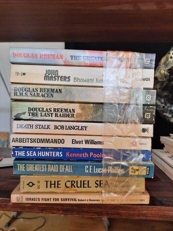 Livros de ficção ou históricos, antigos.