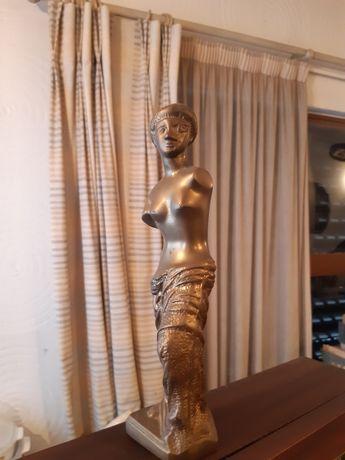 Escultura pesada em ferro dourado