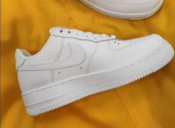 Женские кроссовки Nike Air Force (белые) весенние кроссы