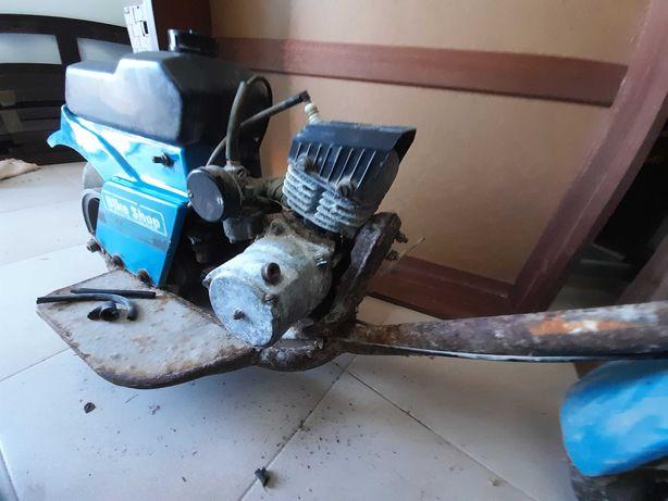 Trotineta a gasolina antiga a precisar de restauro.