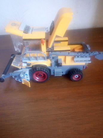 Лего комбайн с движуещимеся деталями