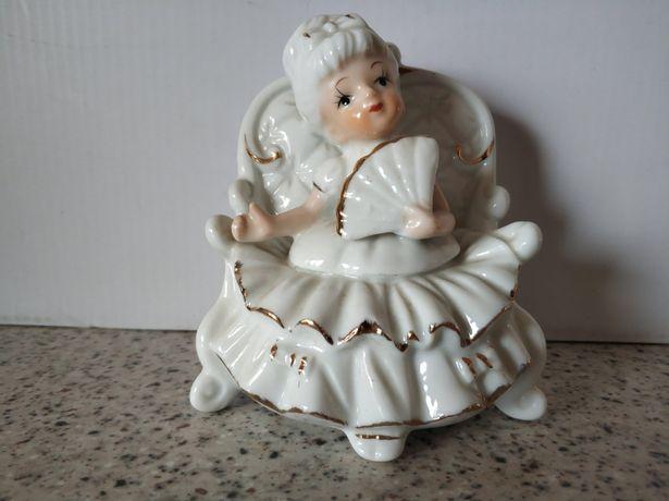 Продается фарфоровая статуэтка