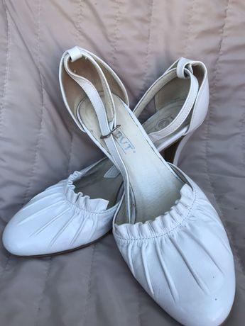 Білі шкіряні босоніжки