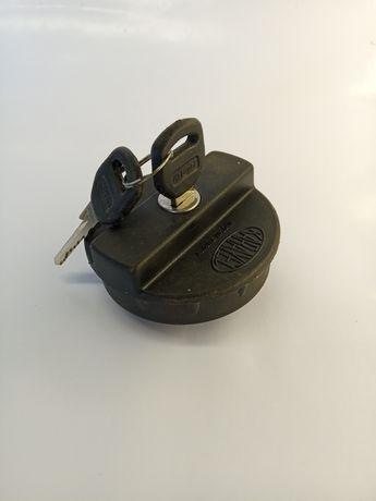 Крышка бензобака на замке, ключе для автомобилей