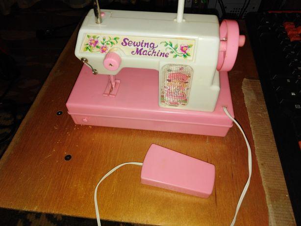 Игрушечная швейная машинка.