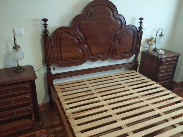 Conjunto de cama com mesinhas de cabeceira e cadeira